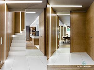 Nowoczesna rezydencja - Małe wąskie schody wachlarzowe betonowe, styl nowoczesny - zdjęcie od Gzowska&Ossowska Pracownie Projektowania Wnętrz