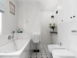 Niezobowiązująca elegancja - strefa dzienna domu jednorodzinnego - Mała biała łazienka na poddaszu w bloku w domu jednorodzinnym z oknem, styl klasyczny - zdjęcie od Gzowska&Ossowska Pracownie Projektowania Wnętrz