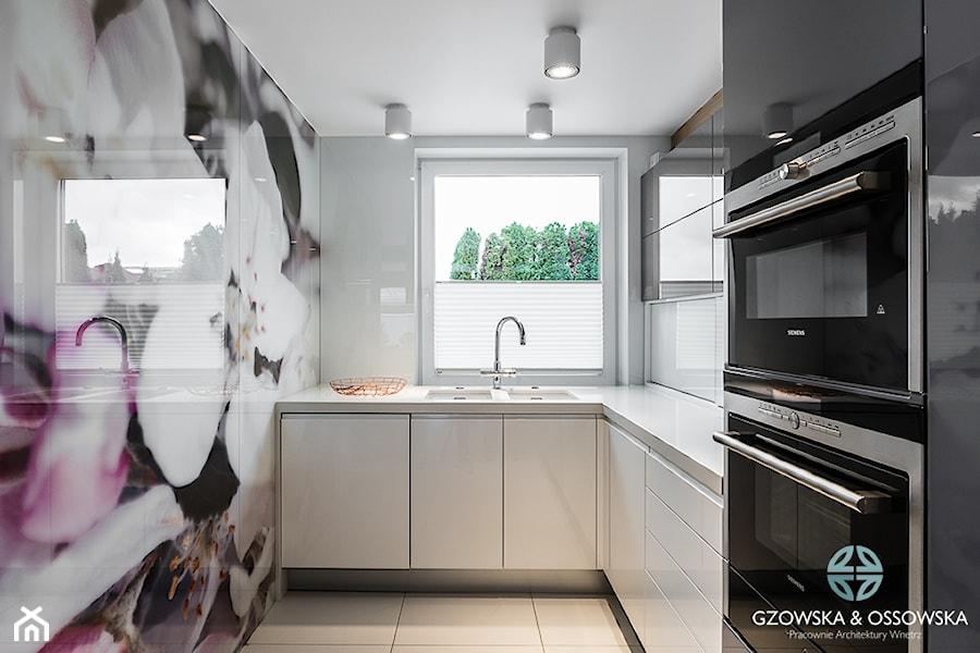 Nowoczesna rezydencja - Mała średnia zamknięta kuchnia w kształcie litery l z oknem, styl ...