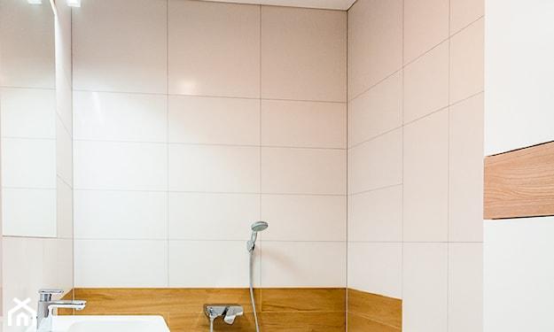 biały sufit napinany w łazience