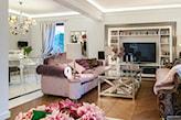 różowe sofy i drewniana podłoga