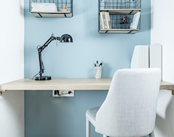 Mieszkanie na Starej Ochocie - Małe niebieskie białe biuro pracownia kącik do pracy, styl eklektyczny - zdjęcie od Borysewicz i Munzar