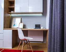 Mieszkanie przeznaczone na wynajem - Małe szare biuro pracownia domowe kącik do pracy na poddaszu w pokoju - zdjęcie od Martyna Karczewska