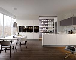 Veneta Cucine Extra - Duża otwarta biała kuchnia w kształcie litery l z wyspą, styl nowoczesny - zdjęcie od Studio Estima Sopot