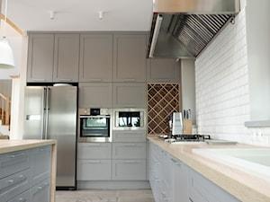 Dom pod Skulskiem - Średnia duża otwarta biała kuchnia w kształcie litery l w kształcie litery g dwurzędowa w aneksie z wyspą, styl skandynawski - zdjęcie od DeGosh