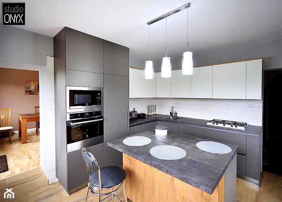 Kuchnie nowoczesne - Średnia otwarta szara kuchnia w kształcie litery g w aneksie z wyspą, styl nowoczesny - zdjęcie od STUDIO ONYX