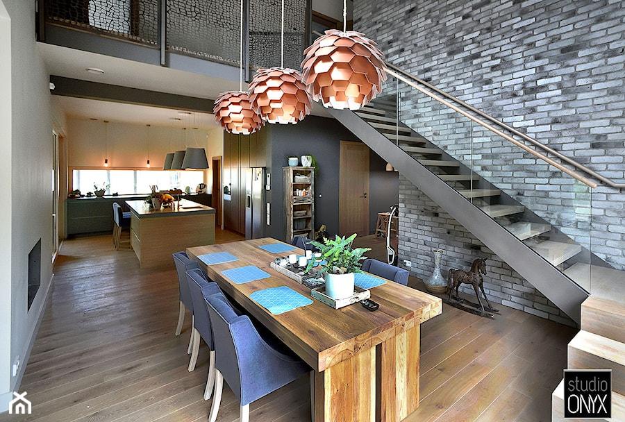Kuchnie nowoczesne - Duża otwarta kuchnia jednorzędowa w aneksie z wyspą z oknem, styl nowoczesny - zdjęcie od STUDIO ONYX