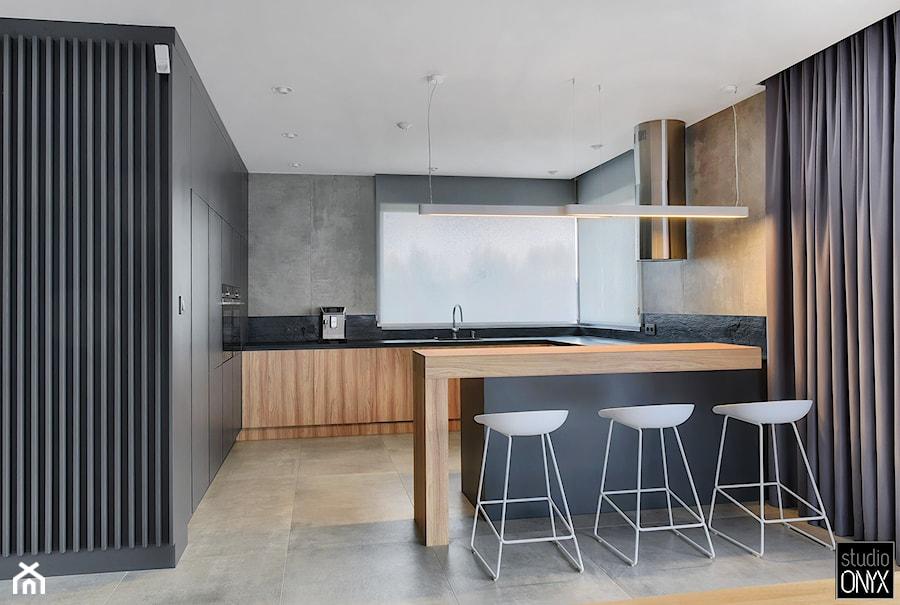 Kuchnie nowoczesne - Duża otwarta szara czarna kuchnia w kształcie litery g z oknem, styl tradycyjny - zdjęcie od STUDIO ONYX