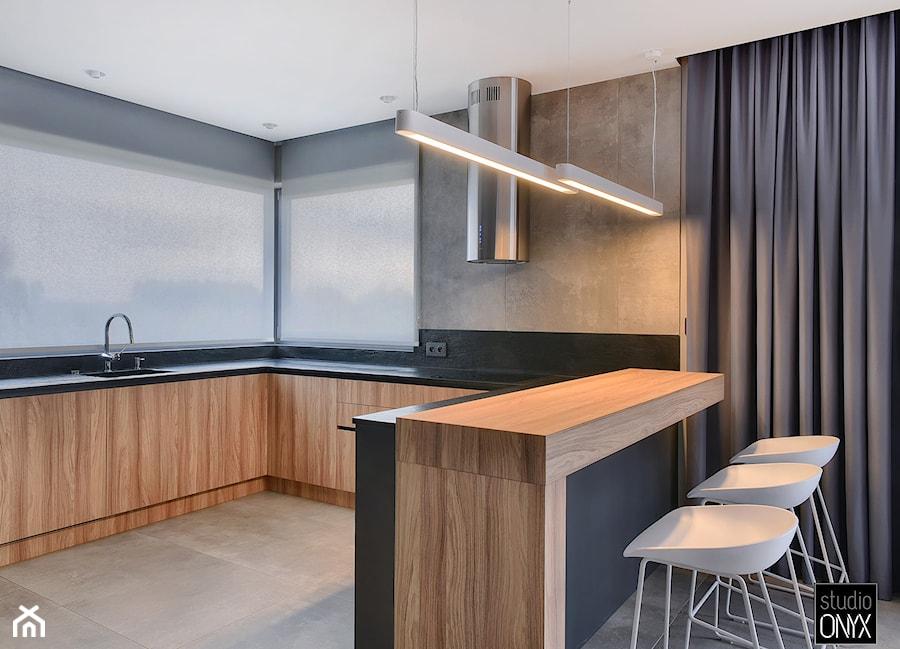 Kuchnie nowoczesne - Średnia otwarta szara czarna kuchnia w kształcie litery g z oknem, styl nowoczesny - zdjęcie od STUDIO ONYX