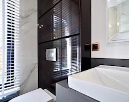 ŁAZIENKA - Mała czarna szara łazienka w bloku w domu jednorodzinnym z oknem - zdjęcie od STUDIO ONYX