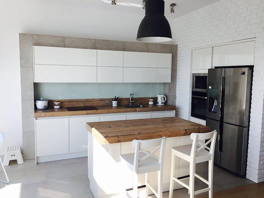 Kuchnie nowoczesne - Średnia otwarta biała szara kuchnia w kształcie litery l z wyspą, styl nowoczesny - zdjęcie od STUDIO ONYX