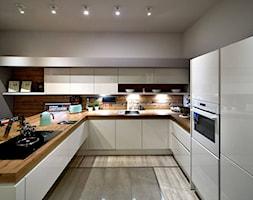 Kuchnie nowoczesne - ekspozycje - Duża otwarta biała kuchnia w kształcie litery u w aneksie z wyspą ... - zdjęcie od STUDIO ONYX - Homebook