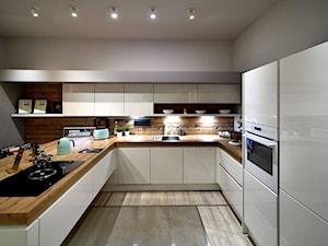 Kuchnie nowoczesne - ekspozycje - Duża otwarta biała kuchnia w kształcie litery u w aneksie z wyspą z oknem, styl nowoczesny - zdjęcie od STUDIO ONYX