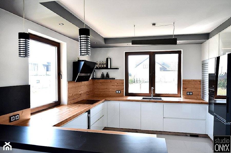 Kuchnie nowoczesne - Średnia otwarta biała kuchnia w kształcie litery g z oknem, styl nowoczesny - zdjęcie od STUDIO ONYX