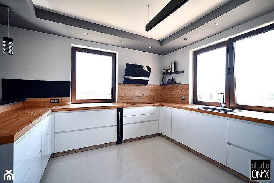 Kuchnie nowoczesne - Średnia zamknięta biała kuchnia w kształcie litery u z oknem, styl nowoczesny - zdjęcie od STUDIO ONYX