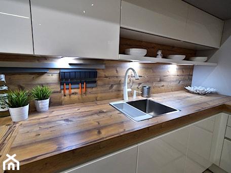 Aranżacje wnętrz - Kuchnia: Kuchnie nowoczesne - ekspozycje - Mała zamknięta biała kuchnia w kształcie litery l, styl nowoczesny - STUDIO ONYX. Przeglądaj, dodawaj i zapisuj najlepsze zdjęcia, pomysły i inspiracje designerskie. W bazie mamy już prawie milion fotografii!