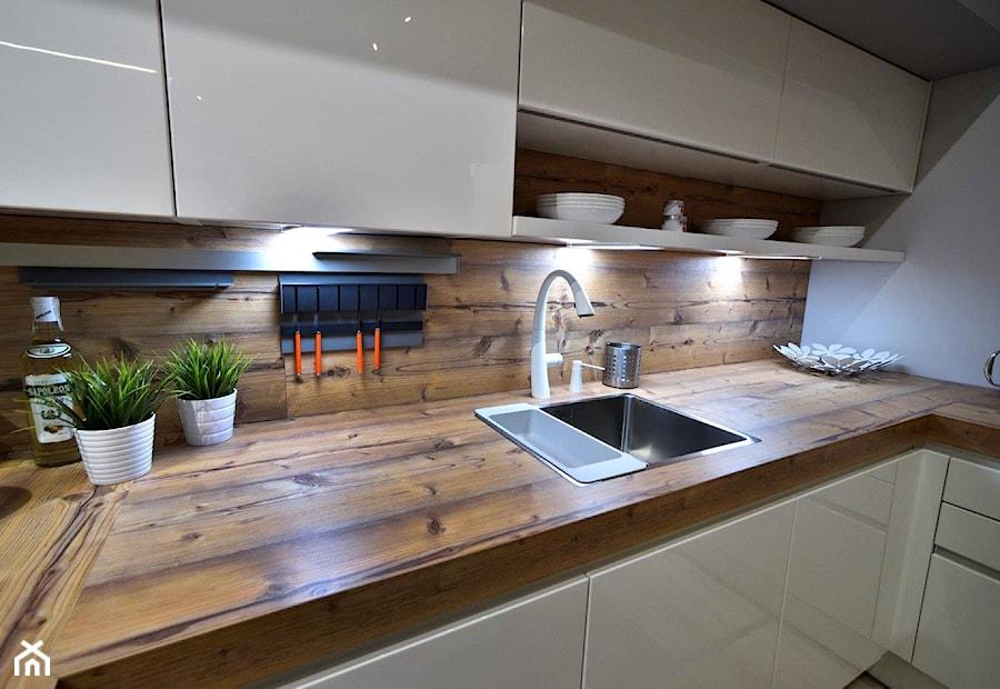Kuchnie nowoczesne - ekspozycje - Mała zamknięta biała kuchnia w kształcie litery l, styl nowoczesny - zdjęcie od STUDIO ONYX