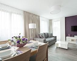 apartamenty wakacyjne 2016 - Średni biały fioletowy salon z jadalnią, styl nowoczesny - zdjęcie od Pszczołowscy projektowanie wnętrz