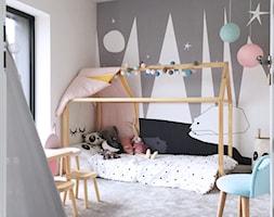 Dom pod Łodzią - Średni biały szary pokój dziecka dla dziewczynki dla ucznia dla malucha, styl nowoczesny - zdjęcie od Archikąty - Homebook