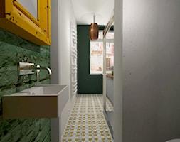 Mieszkanie w poznańskiej kamienicy - Średnia szara zielona łazienka w bloku w domu jednorodzinnym z oknem - zdjęcie od Archikąty - Homebook