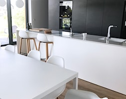 Dom pod Łodzią - Średnia otwarta szara kuchnia dwurzędowa w aneksie z oknem, styl minimalistyczny - zdjęcie od Archikąty - Homebook