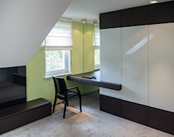 Średnie białe żółte biuro kącik do pracy w pokoju, styl minimalistyczny - zdjęcie od Inspiration Studio