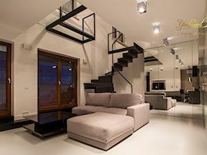 Schody dywanowe - czerń, biel i szarość - zdjęcie od Pracownia Yarkwood Schody & Wnętrza