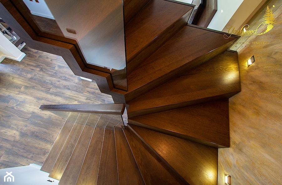 Schody dywanowe z wpuszczaną balustradą szklaną - zdjęcie od Pracownia Yarkwood Schody & Wnętrza
