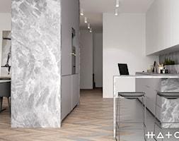PROJEKT APARTAMENTU W WARSZAWIE KOLONIA SIELCE - Mała otwarta biała szara kuchnia w kształcie litery l w aneksie, styl minimalistyczny - zdjęcie od HATCH STUDIO
