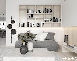 PROJEKT DOMU ŁÓDŹ ZŁOTNO - Średni biały salon z bibiloteczką, styl skandynawski - zdjęcie od HATCH STUDIO - Homebook