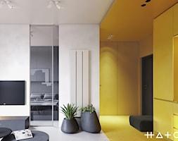 PROJEKT KAWALERKI - WARSZAWA MURANÓW - Mały szary żółty salon z kuchnią, styl minimalistyczny - zdjęcie od HATCH STUDIO