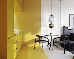 PROJEKT KAWALERKI - WARSZAWA MURANÓW - Średnia otwarta szara żółta kuchnia jednorzędowa w aneksie, styl minimalistyczny - zdjęcie od HATCH STUDIO