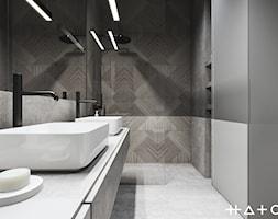PROJEKT APARTAMENTU - WARSZAWA MARYMONT - Mała szara łazienka na poddaszu w bloku w domu jednorodzinnym bez okna, styl minimalistyczny - zdjęcie od HATCH STUDIO