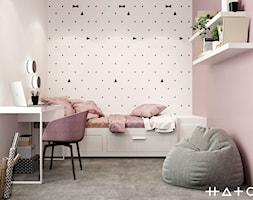 PROJEKT APARTAMENTU W WARSZAWIE KOLONIA SIELCE - Mały biały różowy pokój dziecka dla dziewczynki dla ucznia dla nastolatka, styl minimalistyczny - zdjęcie od HATCH STUDIO