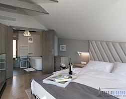 Luksusowa sesja wnętrzarska w samym sercu Kaszub - Średnia biała szara sypialnia małżeńska na poddaszu z łazienką, styl nowoczesny - zdjęcie od studiolighthouse.pl - fotografia wnętrz