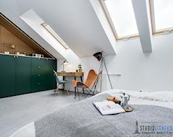 Sypialnia - Duża biała sypialnia małżeńska na poddaszu, styl industrialny - zdjęcie od studiolighthouse.pl - fotografia wnętrz