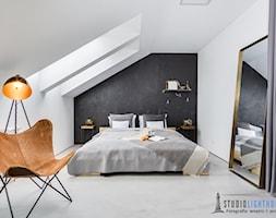 Sypialnia - Duża biała czarna sypialnia małżeńska na poddaszu, styl industrialny - zdjęcie od studiolighthouse.pl - fotografia wnętrz