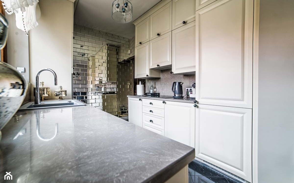 płytki lustrzane na ścianie w kuchni