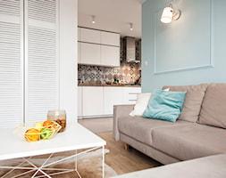 Mieszkanie w Zbąszyniu - Mały niebieski salon z kuchnią, styl skandynawski - zdjęcie od Żaneta Strażyńska