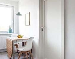 Mieszkanie w Zbąszyniu - Mała zamknięta biała jadalnia w kuchni, styl skandynawski - zdjęcie od Żaneta Strażyńska