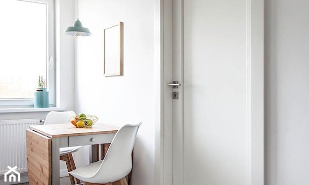 stół z krzesłami do małej kuchni