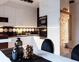 Mieszkanie w Obrze 2 - Mała otwarta biała czarna kuchnia w kształcie litery l z wyspą, styl nowoczesny - zdjęcie od Żaneta Strażyńska