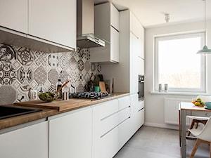Mieszkanie w Zbąszyniu - Mała zamknięta wąska biała kuchnia jednorzędowa, styl skandynawski - zdjęcie od Żaneta Strażyńska