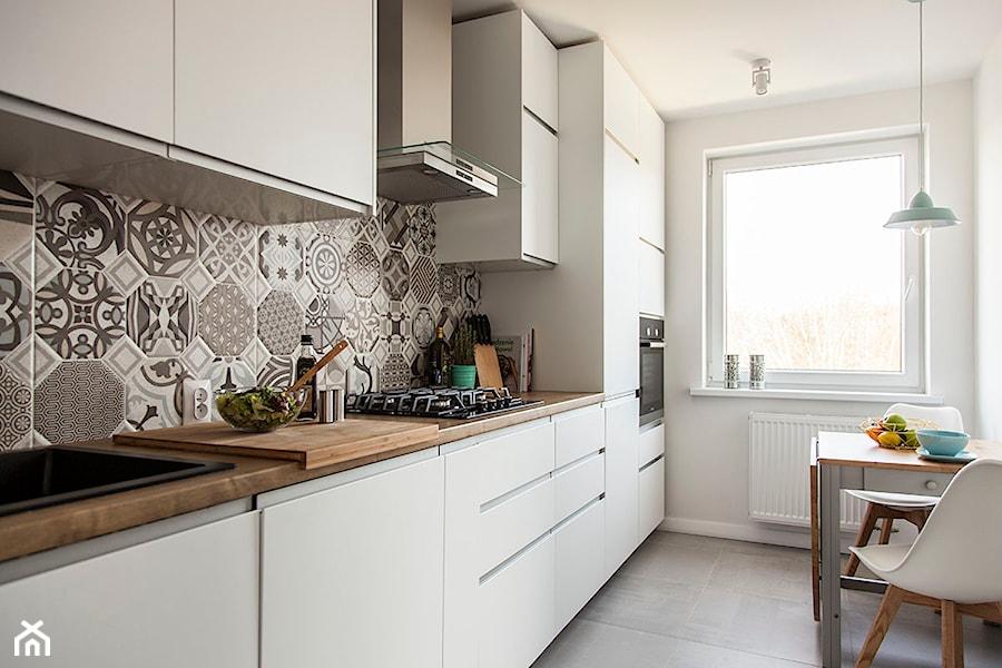 Mieszkanie w Zbąszyniu  Mała zamknięta wąska kuchnia jednorzędowa, styl skan   -> Kuchnia Dąb Sonoma Jakie Kafelki