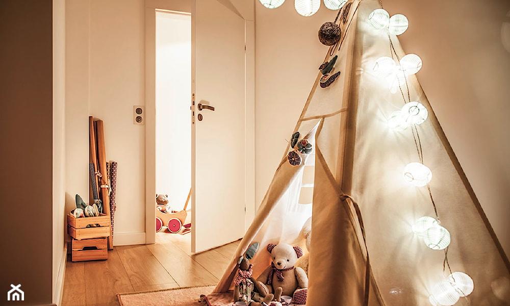 białe cotton balls, namiot w pokoju dziecka