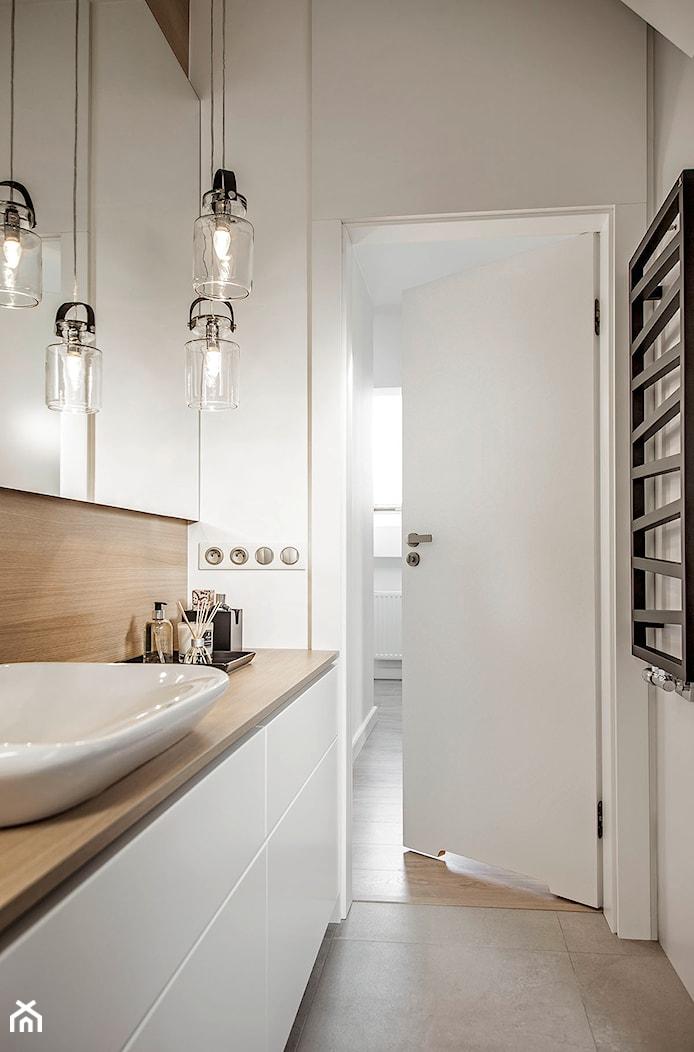Mieszkanie w Wolsztynie - Mała biała łazienka w bloku, styl skandynawski - zdjęcie od Żaneta Strażyńska - Homebook