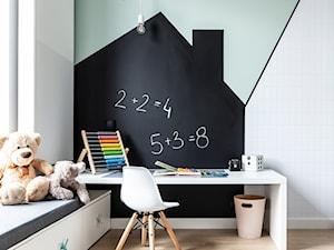Dom w Poznaniu/REALIZACJA 2018 - Mały biały zielony czarny pokój dziecka dla chłopca dla dziewczynki dla ucznia dla malucha, styl nowoczesny - zdjęcie od Żaneta Strażyńska