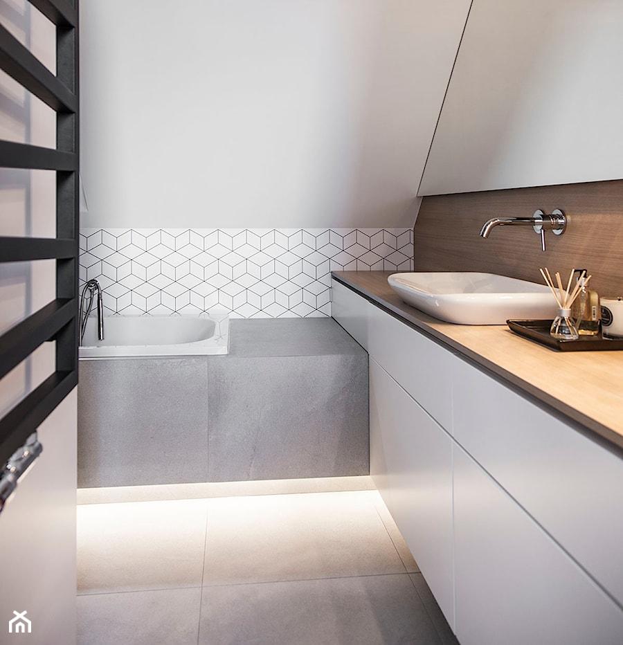 Mieszkanie w Wolsztynie - Mała biała brązowa łazienka na poddaszu w domu jednorodzinnym, styl skandynawski - zdjęcie od Żaneta Strażyńska