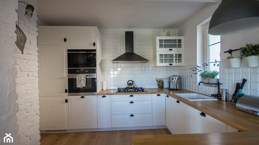kuchnia skandynawska z blatem dębowym  zdjęcie od SELFIA