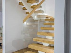 Dom nad jeziorem - Średnie wąskie schody dwubiegowe drewniane szklane, styl nowoczesny - zdjęcie od SELFIA